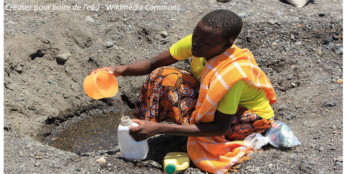 Femme creusant pour de l'eau