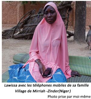 Fille avec téléphone mobile